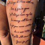 schrift-oberarm-tattoo